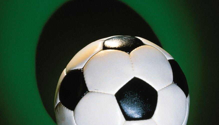 Una pelota de fútbol es un objeto esférico hecho con piezas planas.