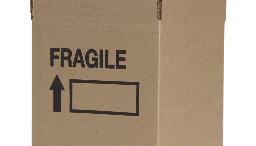 Corta las solapas de una caja de cartón.