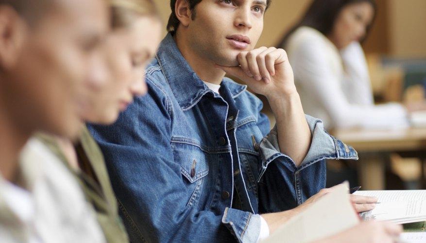 Estudiantes asistiendo a clase en la universidad