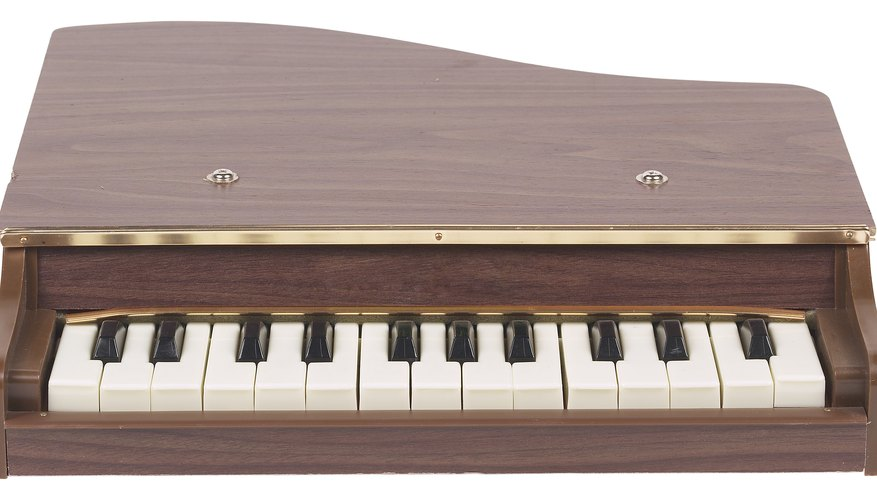 Hay pianos de juguete que imitan al piano de cola mientras que otros imitan a los teclados electrónicos.