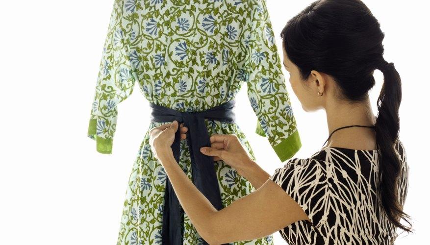 Un cinturón faja de tela se puede atar por delante o por detrás.