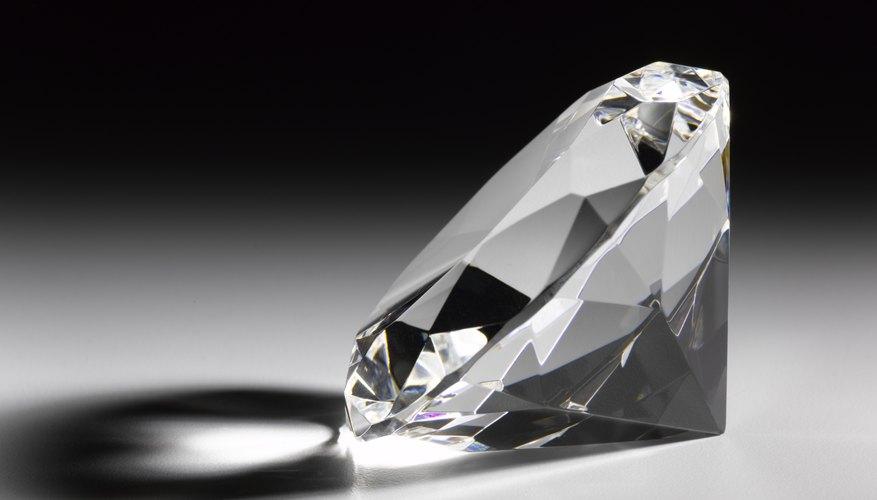 Los diamantes contienen moléculas de carbono.