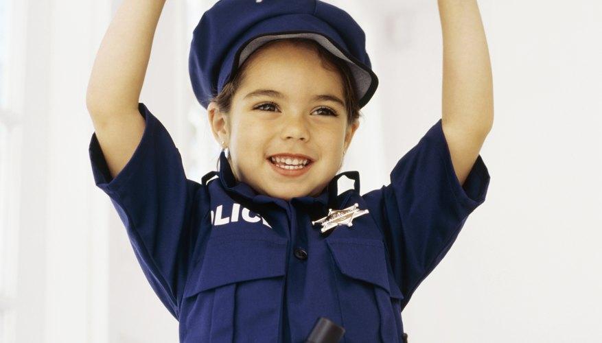 Puedes hacer un disfraz de policía con los objetos y ropas que tengas en tu casa.