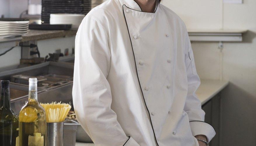 Un ayudante de cocina es responsable de ayudar al personal de descarga de los envíos de alimentos y otros suministros que se utilizan en la cocina.