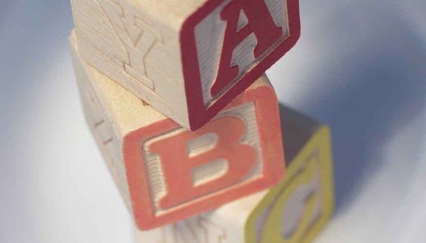 Enséñale reconocimiento de letras a un preescolar.