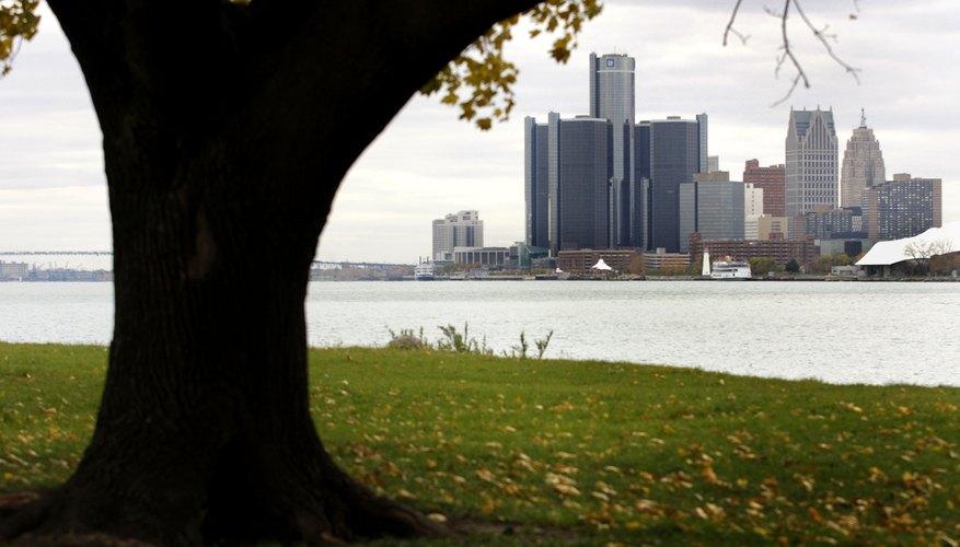 El cuartel general mundial del edificio de General Motors domina la línea del horizonte de Detroit.