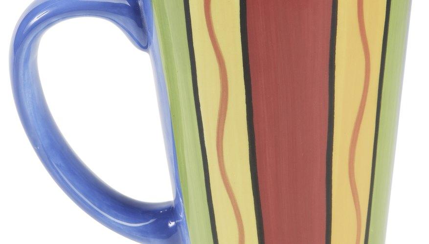 Puedes pintar tazas de cerámica en casa con un horno.