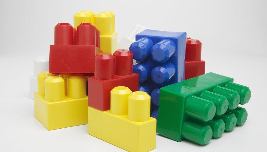 Los bloques también estimulan el desarrollo de habilidades en matemáticas como contar.