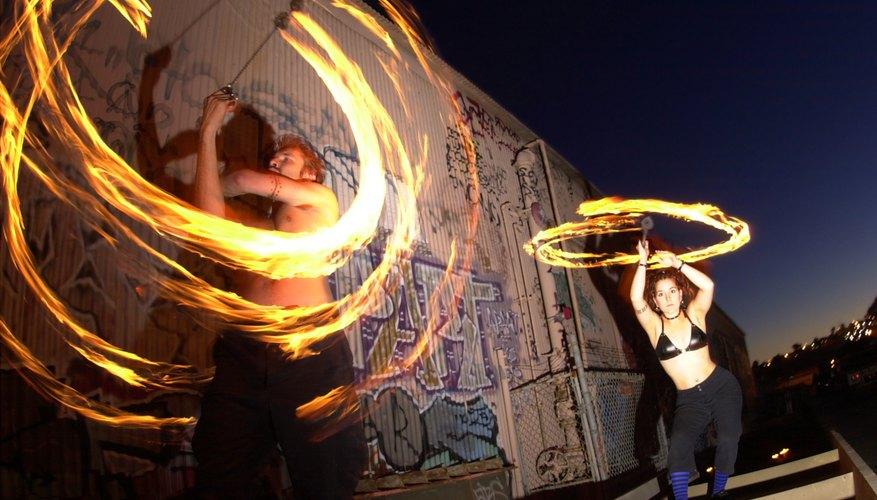 Malabares con fuego en una fiesta rave.