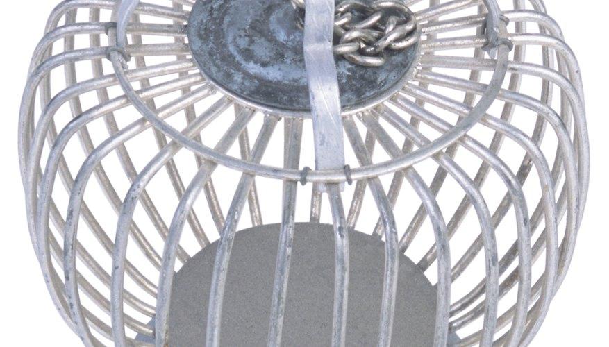 Mediante sencillos pasos puedes pintar una jaula de metal del color que prefieras.