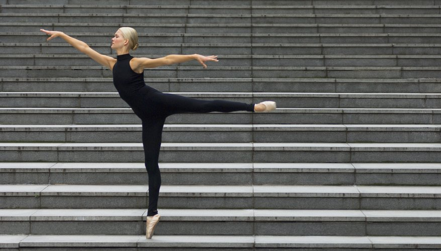 Una bailarina demostrando la posición arabesque.