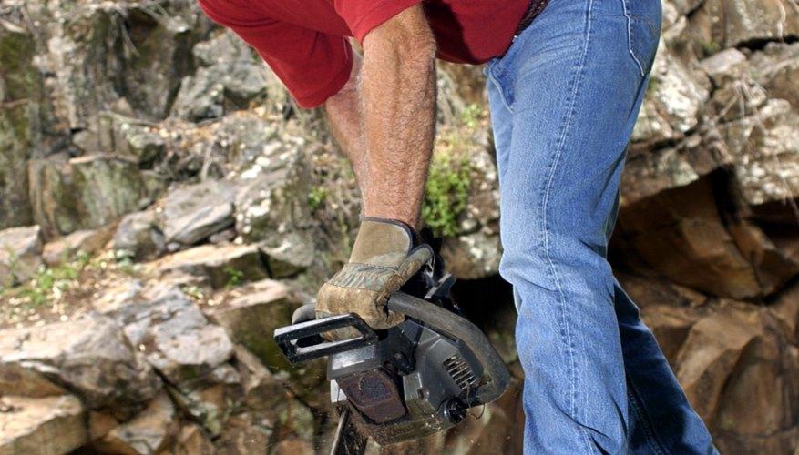 La moto-sierra como herramienta básica para cortar troncos.