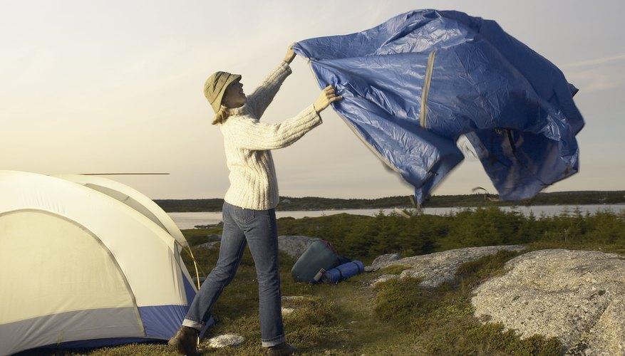 Una lona estándar azul puede ofrecer refugio adicional mientras acampamos.