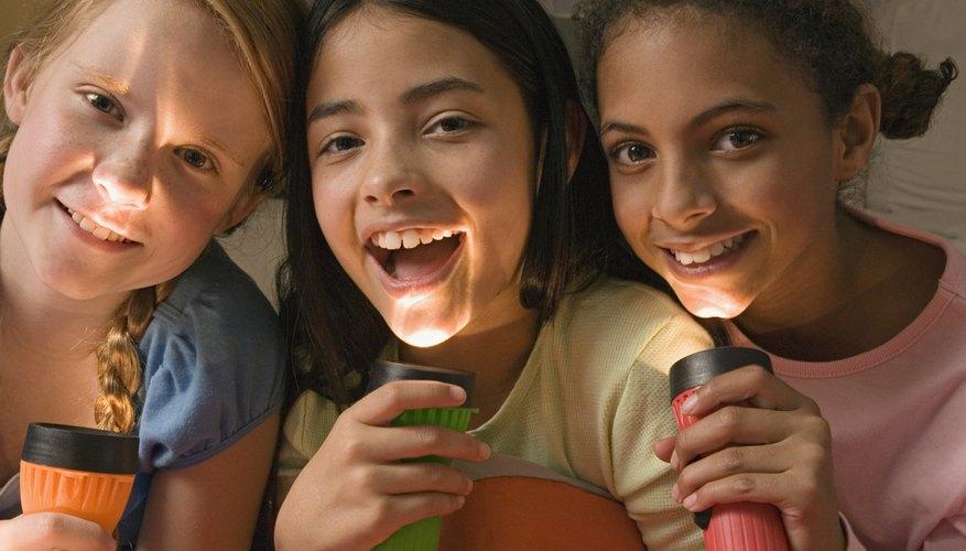 Juega con linternas en la próxima velada con amigos de tu hija.