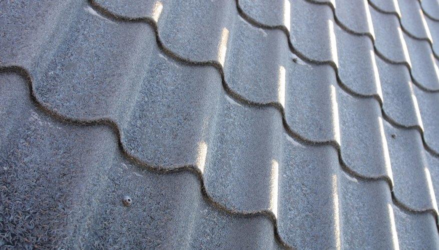 El metal, asfalto, azulejo, pizarra y madera se encuentran entre las opciones de techos para los propietarios de casas.