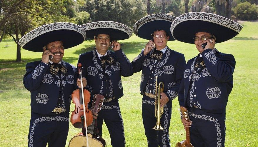 Sorprende a tus amigos disfrazándote de mariachi.