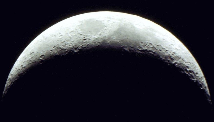 Una luna en cuarto creciente.