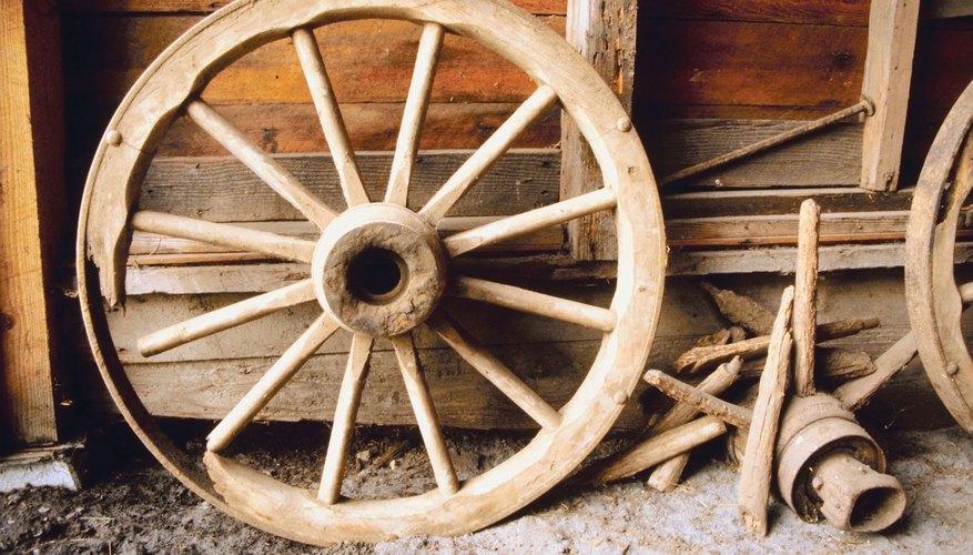Una rueda y eje de trabajo pueden ser hechos usando materiales caseros.