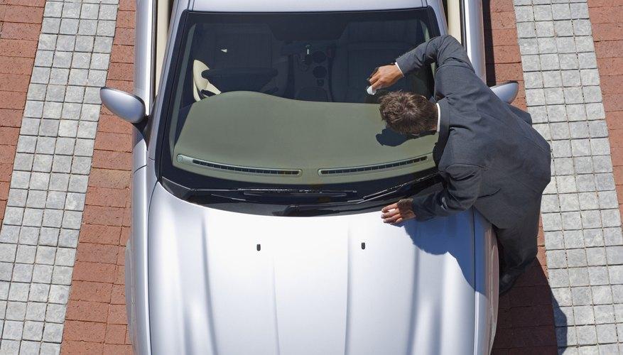 Pule el parabrisas de tu auto.
