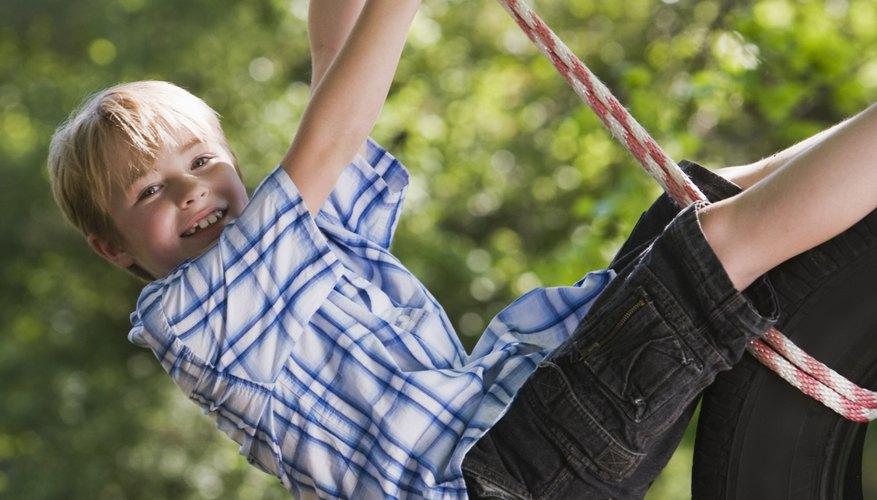Los columpios y otros equipos de juegos pueden calmar y confortar la búsqueda sensorial del niño.