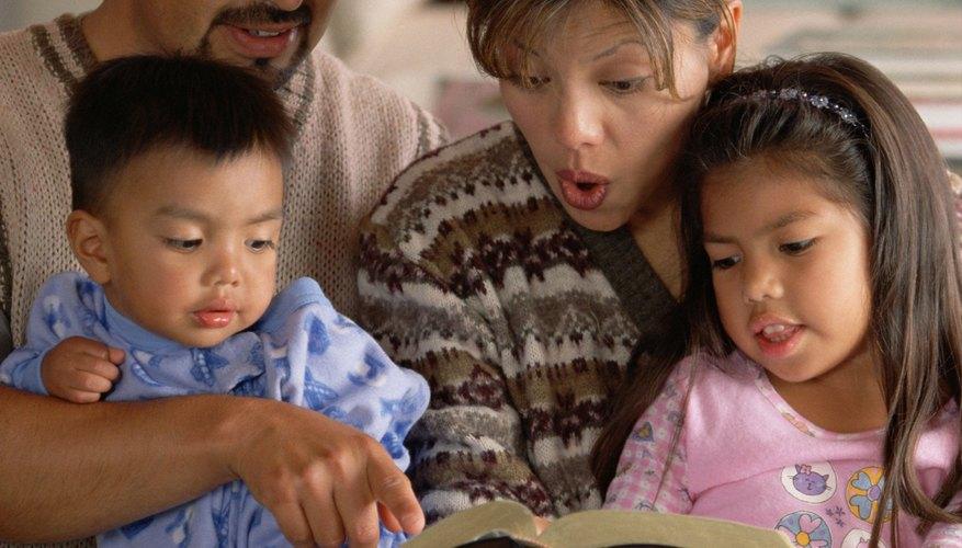 Después que un adulto lea los versos, como por ejemplo Juan 3:16, los niños pueden trabajar en una manualidad acerca del amor de Dios.
