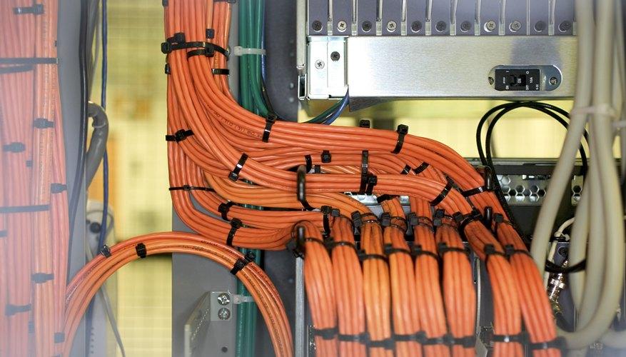 Los cables se sostienen en su sitio para protegerlos del daño.