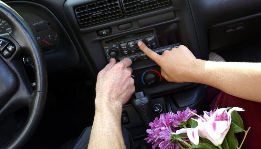 Después de cualquier reparación o reemplazo de la batería en el Toyota, necesitarás ingresar el código antes de operar el estéreo.