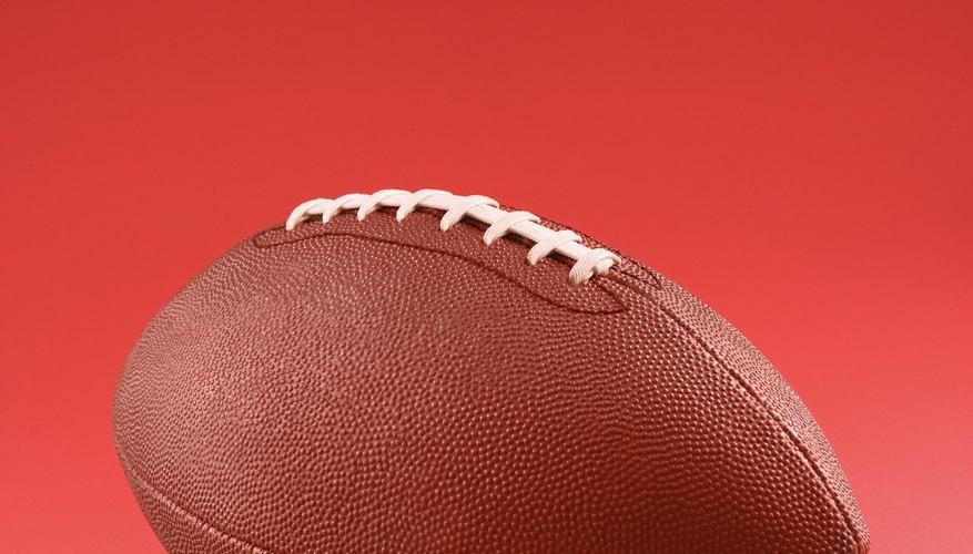Una pelota de fútbol americano debe estar inflada apropiadamente para poder ser tirada bien.