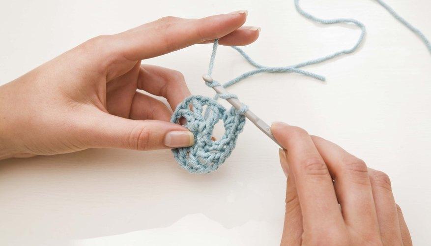 Utiliza un gancho de croché y lana para hacer pantuflas con forma de botas abrigadas.