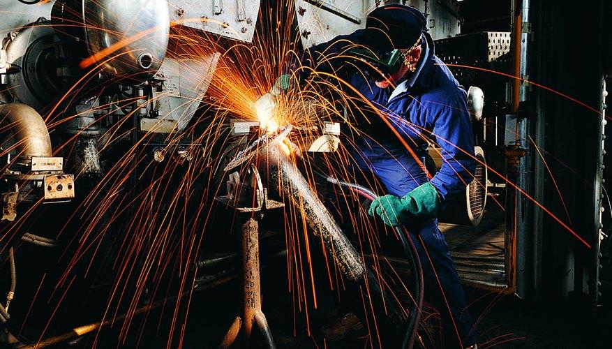 La producción industrial depende de las innovaciones de materiales de los ingenieros metalúrgicos.
