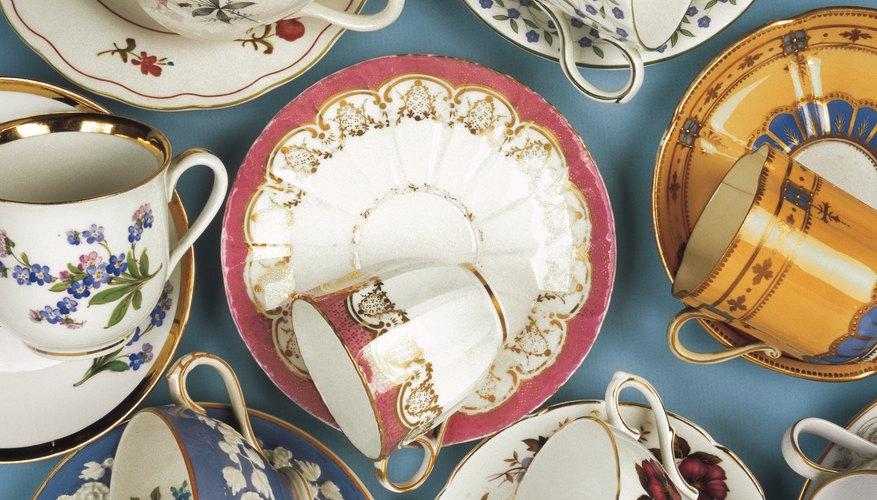 Aprende a detectar el origen de una pieza de porcelana al reconocer marcas registradas en la parte posterior del plato y distintos patrones en la parte delantera.