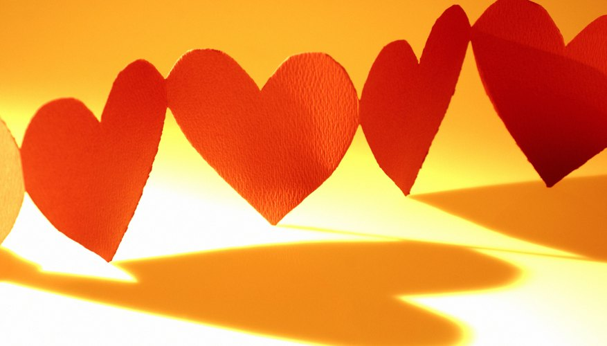 Crea tus propias tiras de corazones de papel.