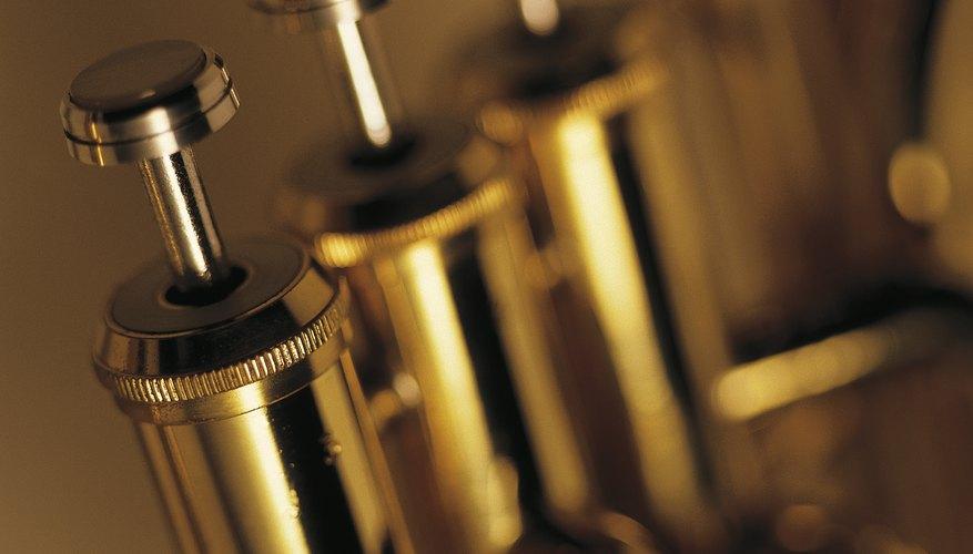 Los instrumentos de metal, como la trompeta, usan pistones y válvulas para producir diferentes sonidos.