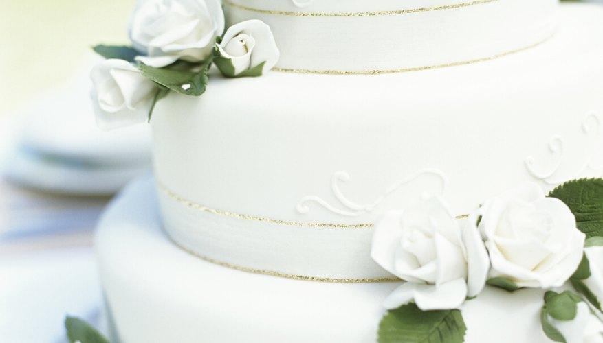 Puedes usar matemáticas simples para estimar el tamaño adecuado para tu pastel de bodas.