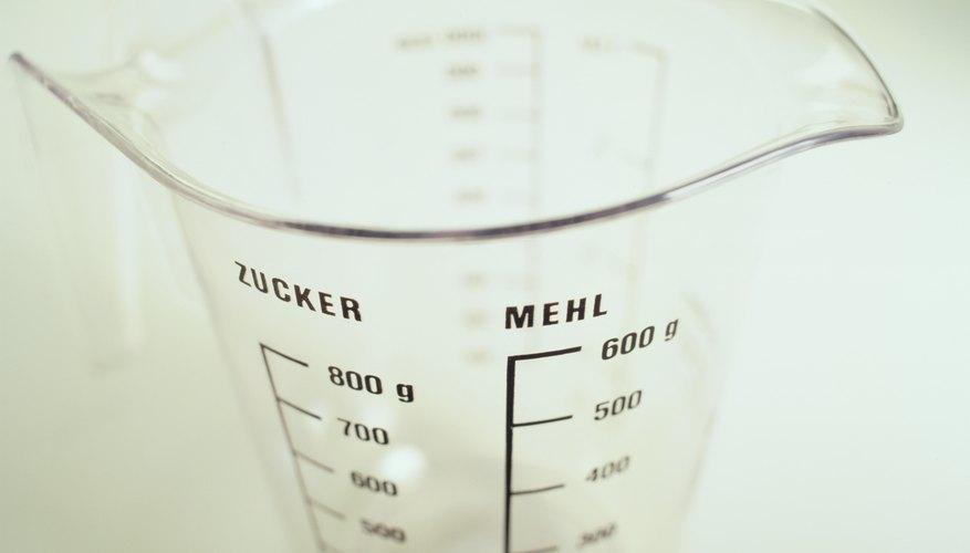 Vierte media taza de alcohol en la jarra medidora.