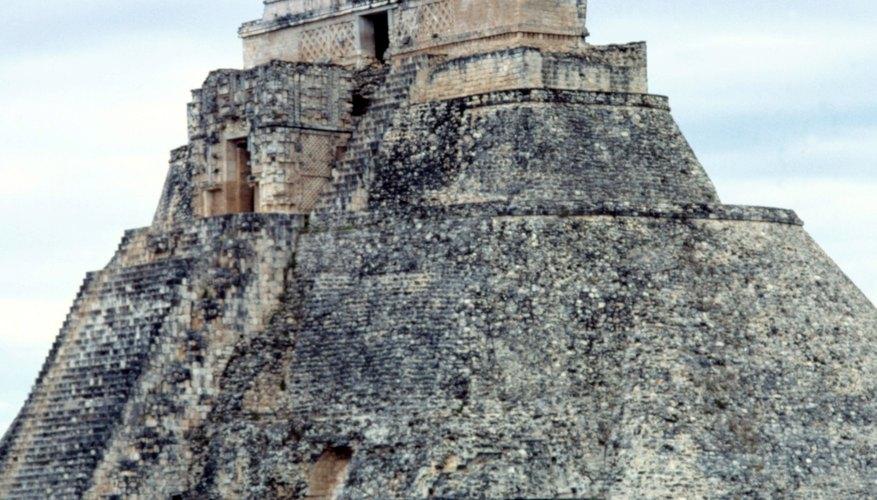 Los modelos de pirámides aztecas pueden hacerse usando pintura y cajas.