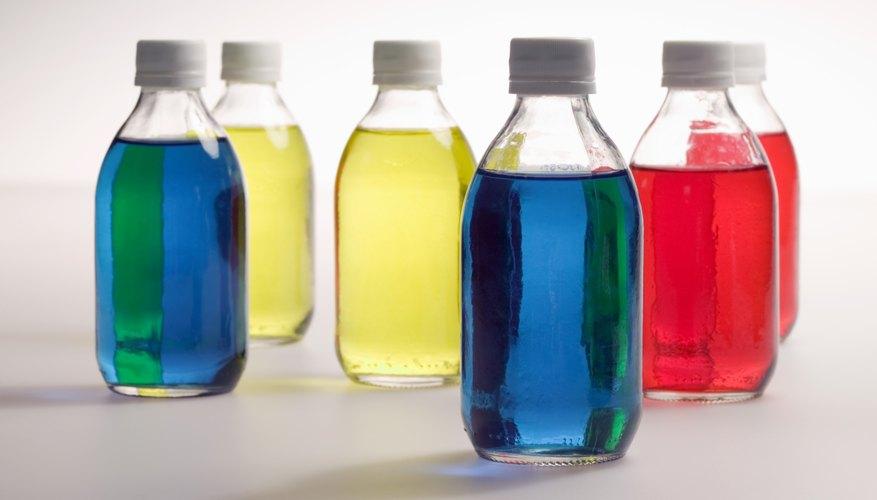 Una botella de plástico ordinaria puede transformarse en un florero decorativo.