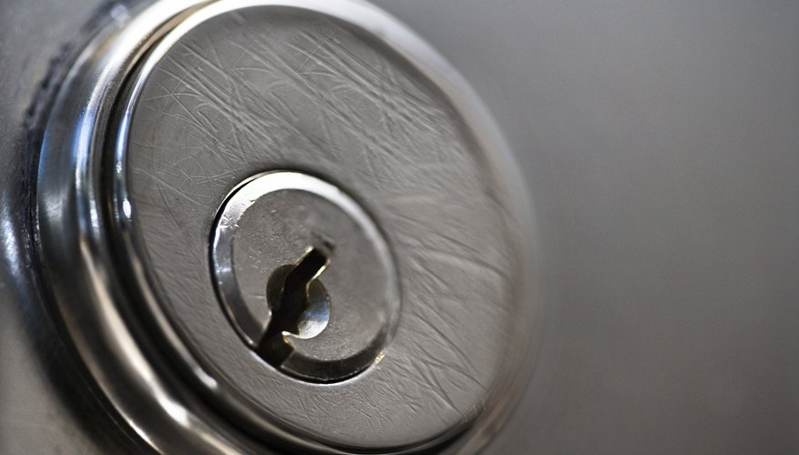 Agrega seguridad a tus puertas con cerrojos de doble cilindro.