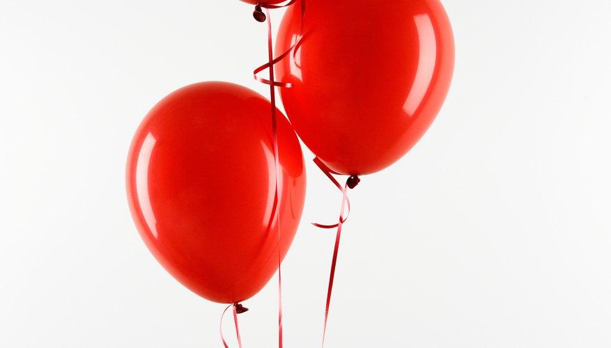 Lanza globos linflados con helio para decorar un techo abovedado.