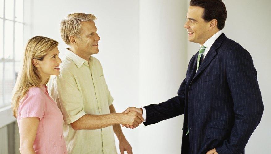 Hombre de negocios dando la mano al cliente.