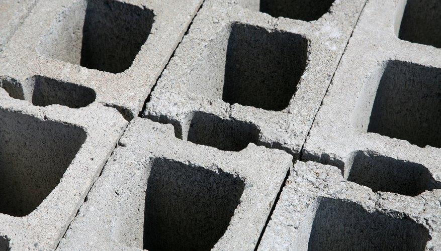 El bloque de hormigón es un producto de construcción popular moldeado en máquinas especiales.