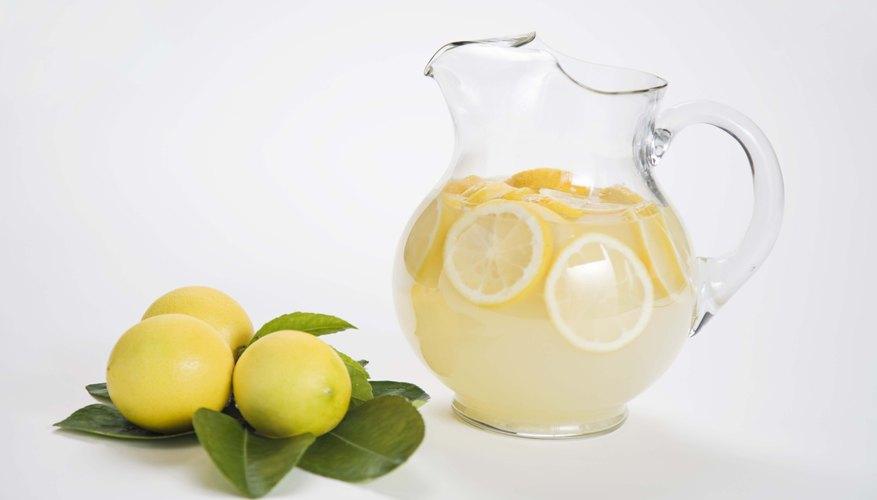 Corta una ranura en cada rueda de limón desde su borde hasta el centro.