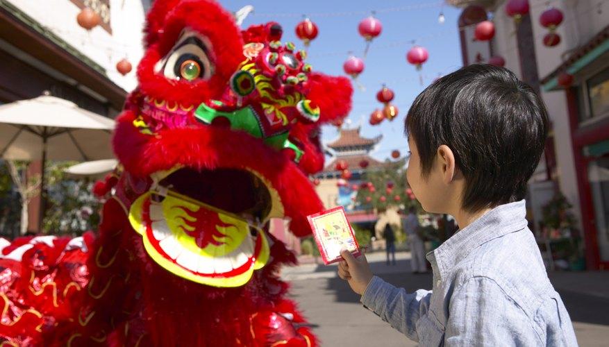 Celebra el año chino nuevo con un disfraz de dragón.