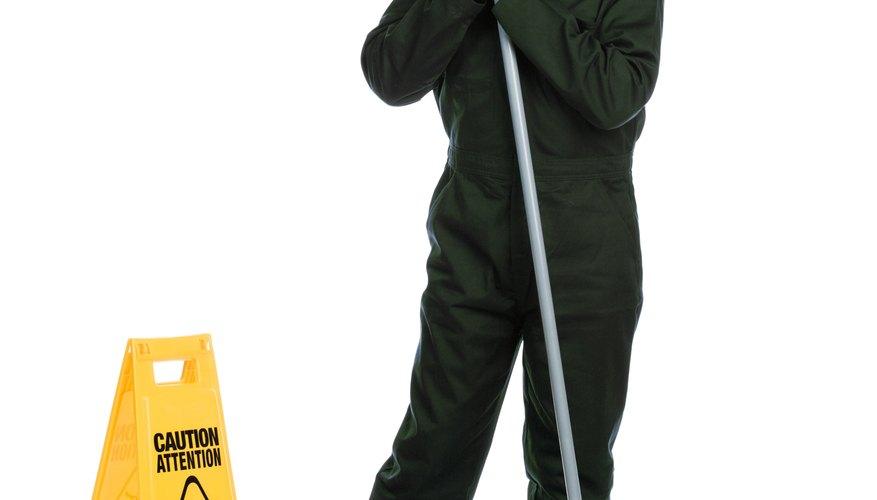 Los conserjes, los trabajadores de la industria y los profesionales que trabajan en el campo de la medicina usan uniforme.