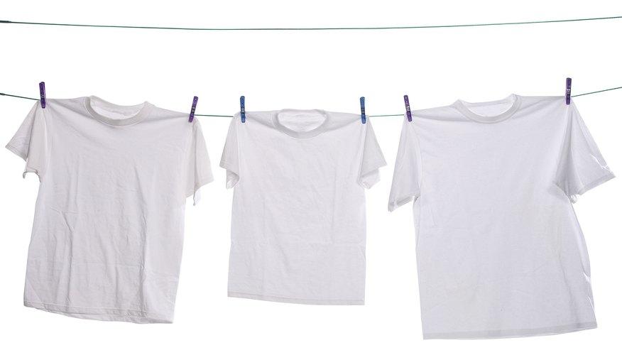 Selecciona una simple camiseta de algodón suave con cuello redondo.