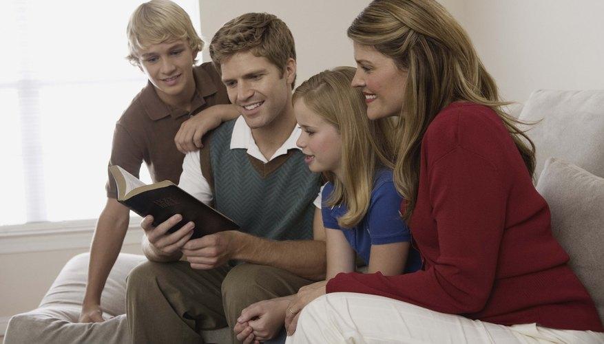 Una devoción Bíblica familiar es una forma llena de fe de terminar el día juntos.