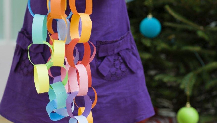 Haz una guirnalda de cadena de papel para la decoración navideña.