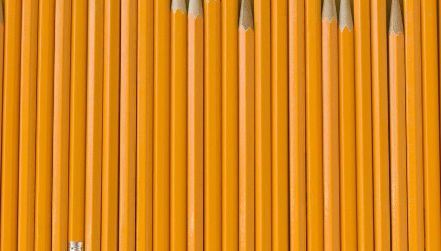 Saca el borrador de tu lápiz y deslízalo dentro de la punta de tu pajilla.