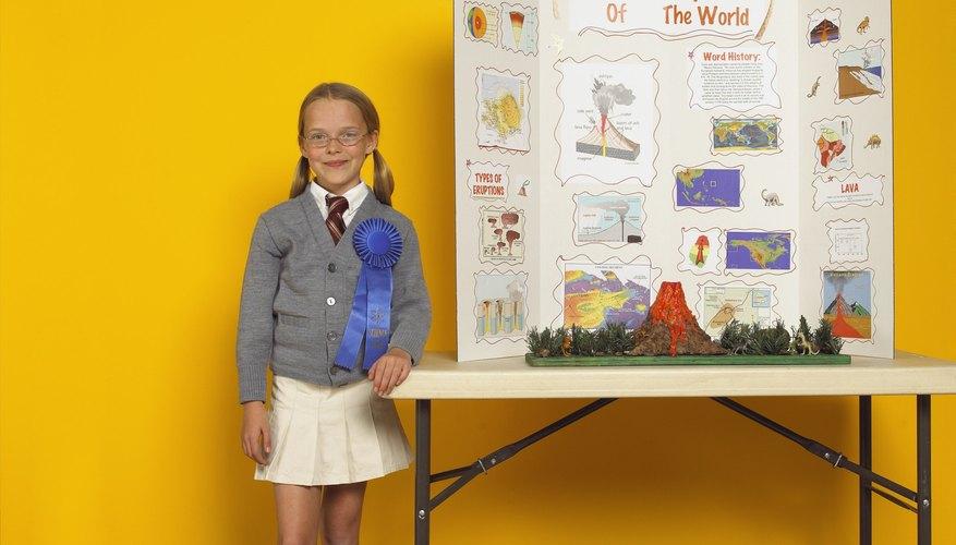 Un estudiante presenta los resultados de su proyecto de feria de ciencias usando una exhibición.