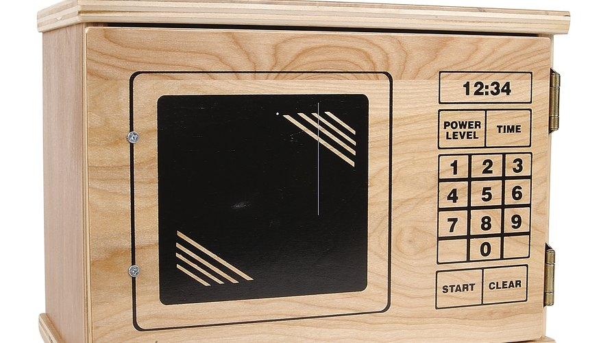 A pesar de que las cocinas de madera de juguete pueden ser costosas, hacer la tuya lo es fácil y posible.